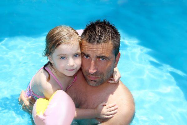 Een kind dat zwemmen is verleerd