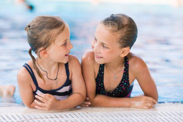 Kinderen gaan voor een zwemdiploma